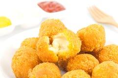 Stekt ostboll med potatisen och senapsgult sås royaltyfria foton