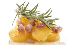 Stekt potatis med grillad bacon Arkivfoto