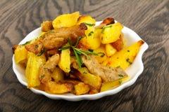 Stekt potatis med griskött royaltyfri foto