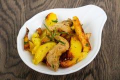 Stekt potatis med griskött arkivfoton