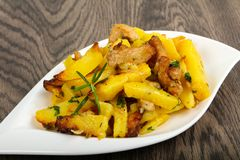 Stekt potatis med griskött arkivbilder