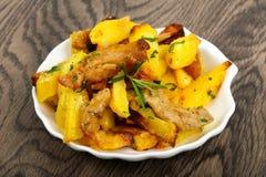 Stekt potatis med grisk?tt royaltyfri foto