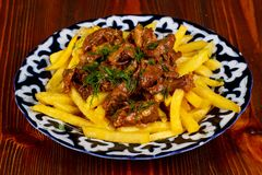 Stekt potatis med nötkött arkivfoto