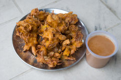 Stekt potatis och te, lokalt mellanmål i Leh, Indien Royaltyfria Foton