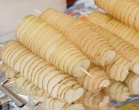 Stekt potatis på steknålar Royaltyfria Bilder
