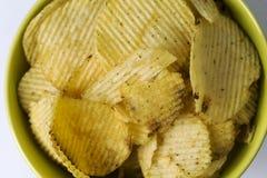 Stekt potatis, r�fflade chips p� en vit bakgrund. Royalty Free Stock Photo