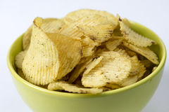 Stekt potatis, r�fflade chips p� en vit bakgrund. Stock Photo
