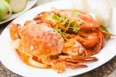 Stekt röd krabbasoppa med örter på den vita maträtten Arkivfoton