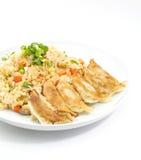Stekt rice med fastställda stekte klimpar Royaltyfri Fotografi