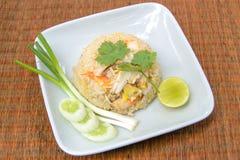 Stekt rice med räkan och krabban, thailändsk mat Fotografering för Bildbyråer