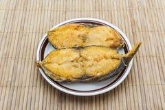 Stekt rimmad fisk (konungmakrillen) Arkivbilder