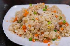 Stekt ris med griskött och vegetabal arkivbild
