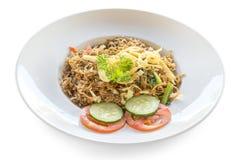 Stekt risnasigoreng med höna och grönsaker på en platta Indonesisk kokkonst fotografering för bildbyråer