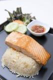 Stekt risvitlök med steklaxen Royaltyfria Foton