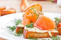 Stekt rostat bröd med den rimmade laxen Royaltyfria Foton