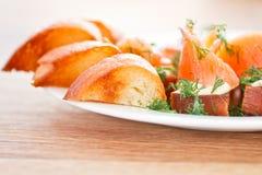 Stekt rostat bröd med den rimmade laxen Royaltyfri Bild