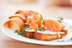 Stekt rostat bröd med den rimmade laxen Royaltyfri Fotografi