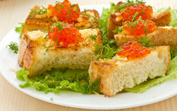 Stekt rostat bröd med ost och den röda kaviaren Arkivfoto