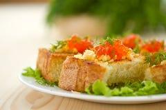Stekt rostat bröd med ost och den röda kaviaren Arkivfoton
