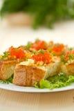 Stekt rostat bröd med ost och den röda kaviaren Arkivbild
