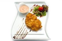 Stekt schnitzelandgrönsaksallad Royaltyfri Fotografi