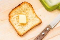 Stekt skiva av rostat bröd med smör Arkivfoton
