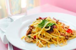 Stekt spagetti med chili med skaldjur Royaltyfri Foto