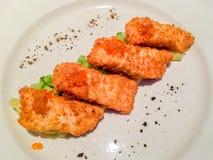 Stekt stör (fiskchiper) med den mosade potatisen och skivade gurkor Royaltyfri Foto