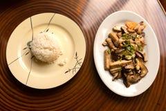 Stekt svart plocka svamp med tofuen och ris Arkivbild