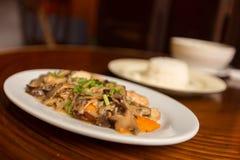 Stekt svart plocka svamp med tofuen och ris Royaltyfri Bild