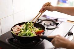 Stekt tioarmad bläckfisk med grönsaker Royaltyfri Bild