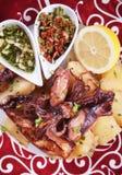 Stekt tioarmad bläckfisk med potatisen och dressingar Royaltyfri Bild