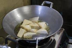Stekt tofu-, tofu- eller sojabönabönakaka i järnpanna arkivfoto