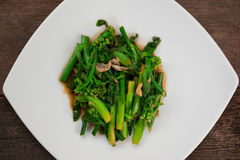 Stekt under omrörning kinesisk broccoli i ostronsås Arkivbilder