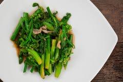 Stekt under omrörning kinesisk broccoli i ostronsås Arkivfoto