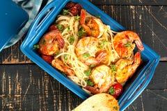 stekt under omrörning spagetti med grillade räkor och tomater - italiensk fusionmatstil royaltyfria bilder