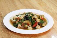 Stekt uppståndelse fräser kryddig skaldjur på en vit platta - maträtt på trätabellen, kryddig skaldjur, kryddiga foods, block-cha arkivfoton