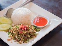 Stekt vitlök med ris- och pepparsås Arkivbilder