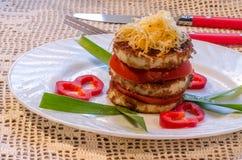Stekt zucchini med den nya tomaten och grated ost Arkivfoto