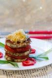 Stekt zucchini med den nya tomaten och grated ost Fotografering för Bildbyråer