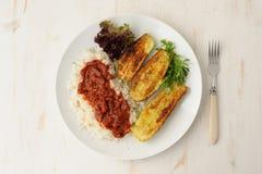 Stekt zucchini med ris och sause Arkivbilder