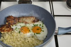 Stekte ägg i en stekpanna med becon arkivfoto
