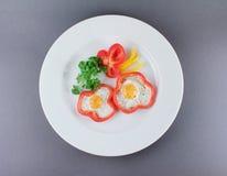 Stekte ägg i röda peppar Royaltyfri Fotografi