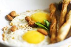 Stekte ägg, mandelar och salt smällare Fotografering för Bildbyråer