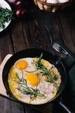 Stekte ägg med bacon och grönska royaltyfria bilder
