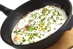 Stekte ägg med bacon och salladslökar Royaltyfri Foto