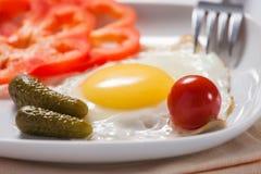 Stekte ägg med grönsaker Fotografering för Bildbyråer