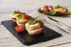 Stekte ägg med ost och bacon Arkivfoto
