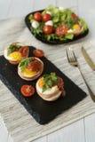 Stekte ägg med ost och bacon Arkivbilder