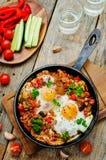 Stekte ägg med peppar, tomater, quinoaen och champinjoner Royaltyfria Foton